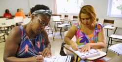 'Letra M, de Mãe': na era digital, mães contam como é criar os filhos sem saber ler